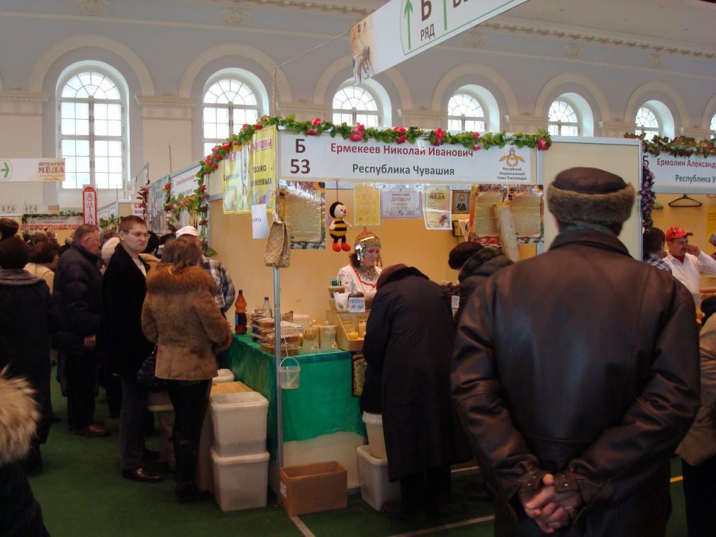 На московской ярмарке меда